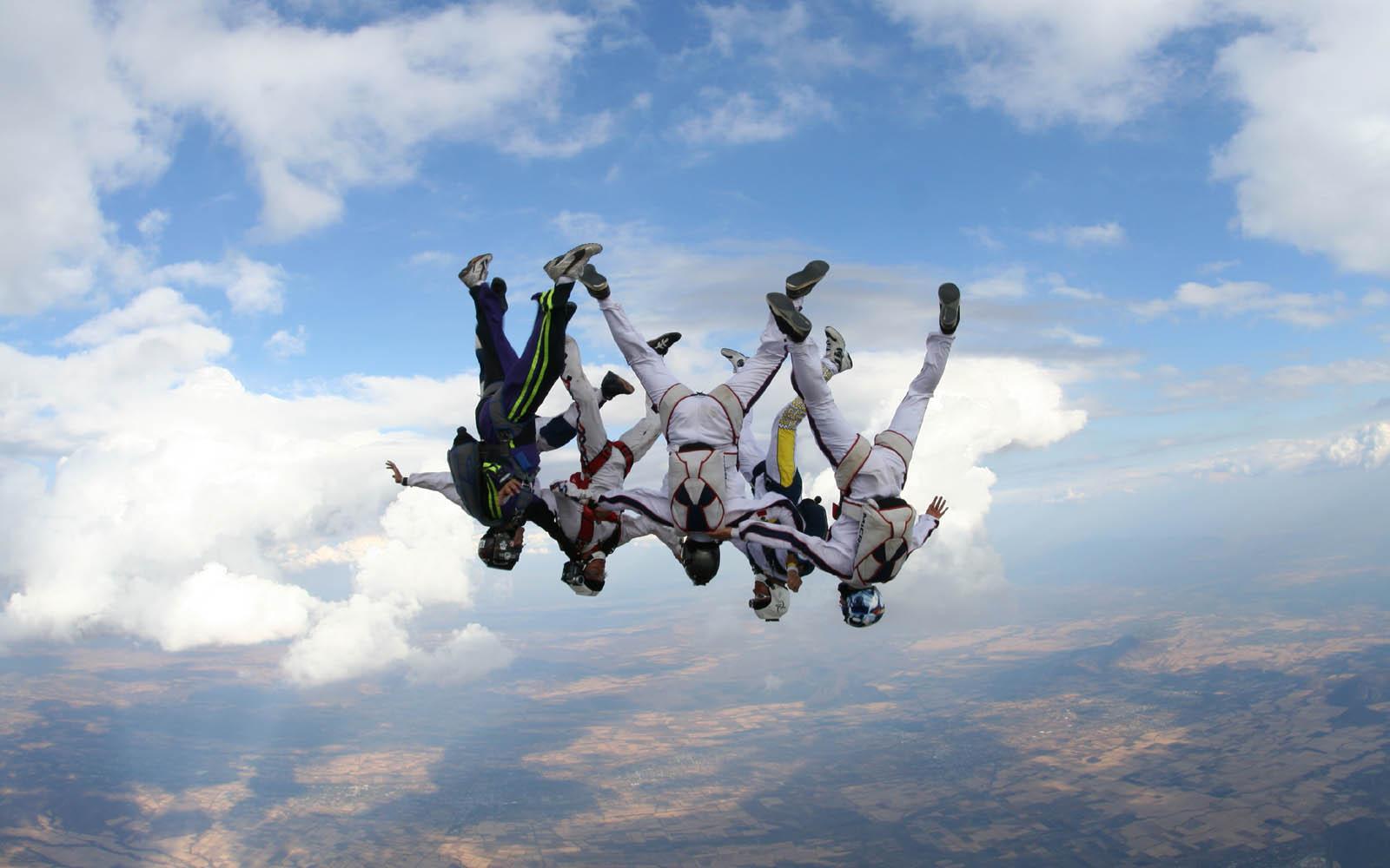 6881775-skydiving